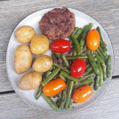 sperziebonensalade met krieltjes en hamburger - 2 personen