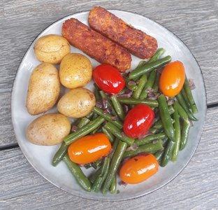 biologische-sperziebonensalade-met-krieltjes-en-vegetarische-toscaanse-sticks